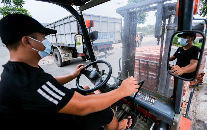CLIP: Dùng 2 vạn gạch, xe tải, bê tông... làm chốt cứng hạn chế người dân ra đường - Ảnh 5.