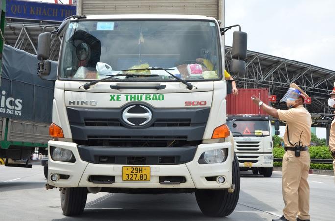 Phó Thủ tướng yêu cầu không kiểm tra phương tiện chở hàng hoá tại chốt kiểm soát dịch - Ảnh 1.