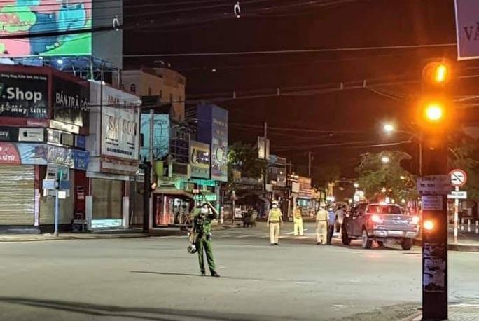 Chùm ảnh: Phú Quốc ngày đầu thực hiện không ra đường sau 18 giờ - Ảnh 2.