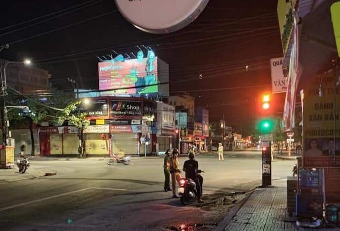Chùm ảnh: Phú Quốc ngày đầu thực hiện không ra đường sau 18 giờ - Ảnh 3.