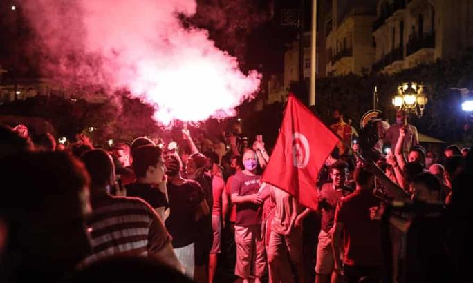 Tunisia hon loan khi tong thong tien hanh thanh trung