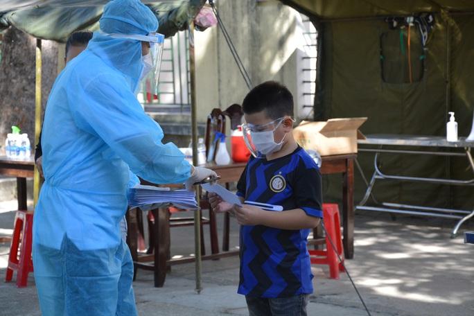 Hiệp hội Doanh nghiệp Quảng Nam tặng hơn 700 suất quà cho người dân trong khu cách ly - Ảnh 2.