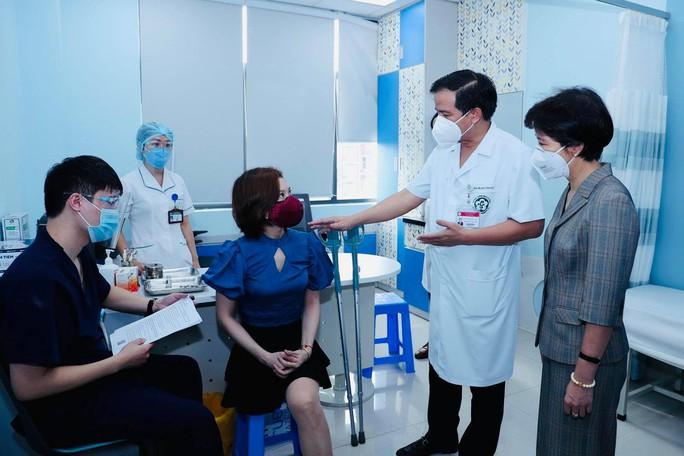 Tiêm vắc-xin Covid-19 cho hàng trăm người lao động khuyết tật - Ảnh 1.