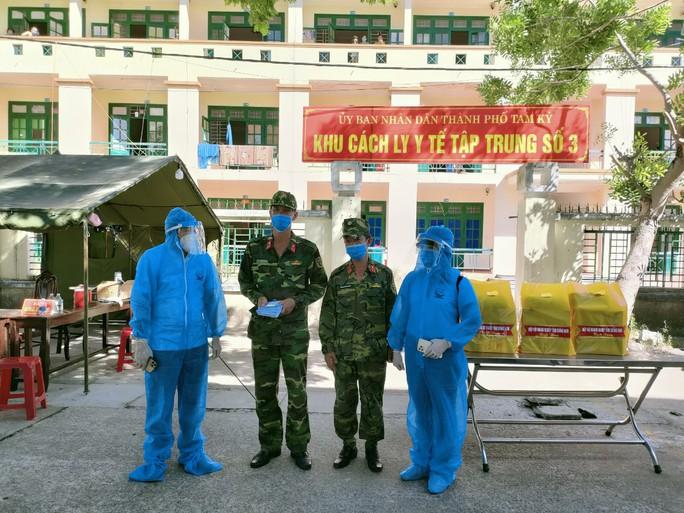 Hiệp hội Doanh nghiệp Quảng Nam tặng hơn 700 suất quà cho người dân trong khu cách ly - Ảnh 1.