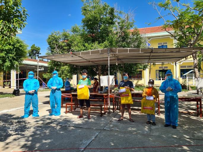 Hiệp hội Doanh nghiệp Quảng Nam tặng hơn 700 suất quà cho người dân trong khu cách ly - Ảnh 3.