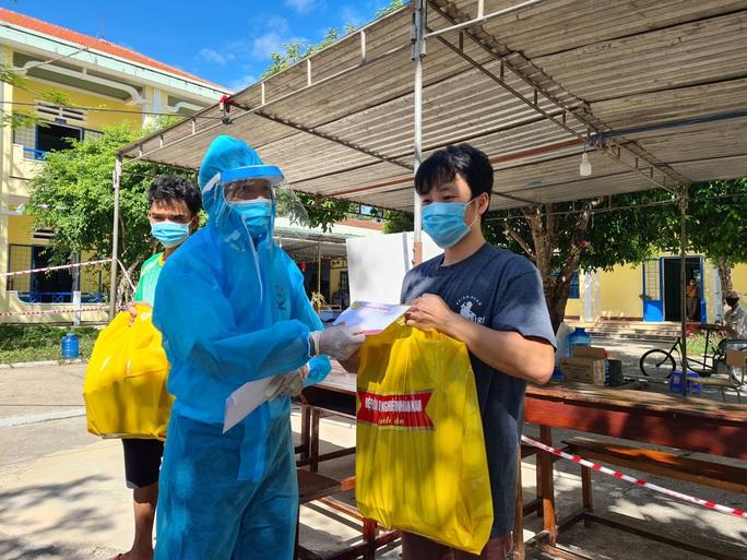 Hiệp hội Doanh nghiệp Quảng Nam tặng hơn 700 suất quà cho người dân trong khu cách ly - Ảnh 4.