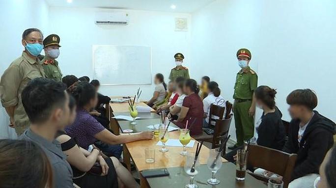 Quảng Bình: Cho tụ tập 40 người, chủ quán cà phê bị phạt 10 triệu đồng - Ảnh 1.