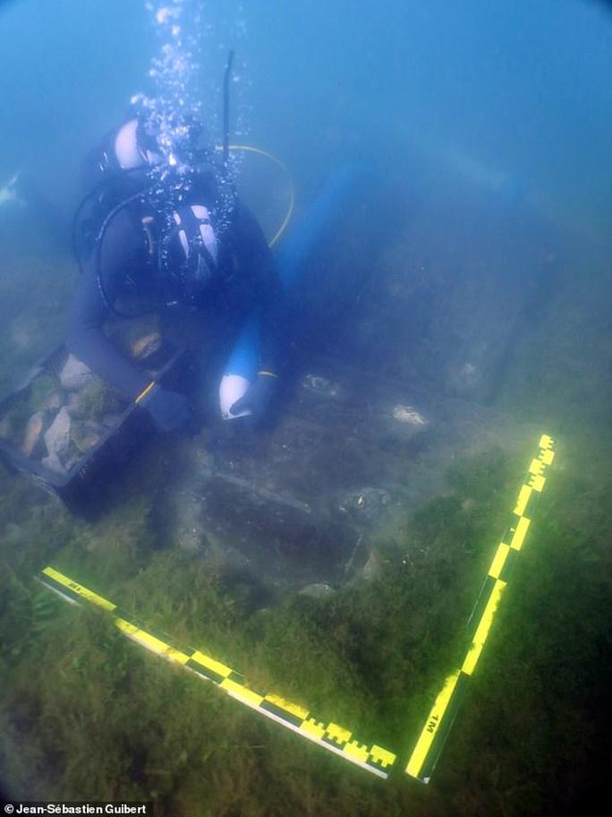 Tàu ma 130 mét xuất hiện đầy vô lý giữa bãi lầy, nguyên vẹn sau 260 năm - Ảnh 1.
