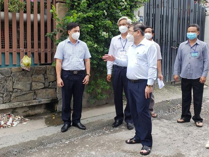 Chủ tịch UBND TP HCM Nguyễn Thành Phong thị sát những vùng xanh  - Ảnh 5.