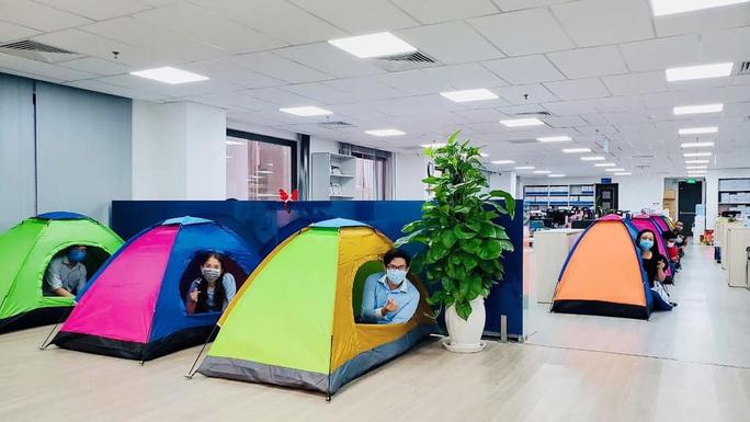 Nhiều ngân hàng ở TP HCM cho nhân viên ăn ngủ, làm việc tại văn phòng - Ảnh 1.