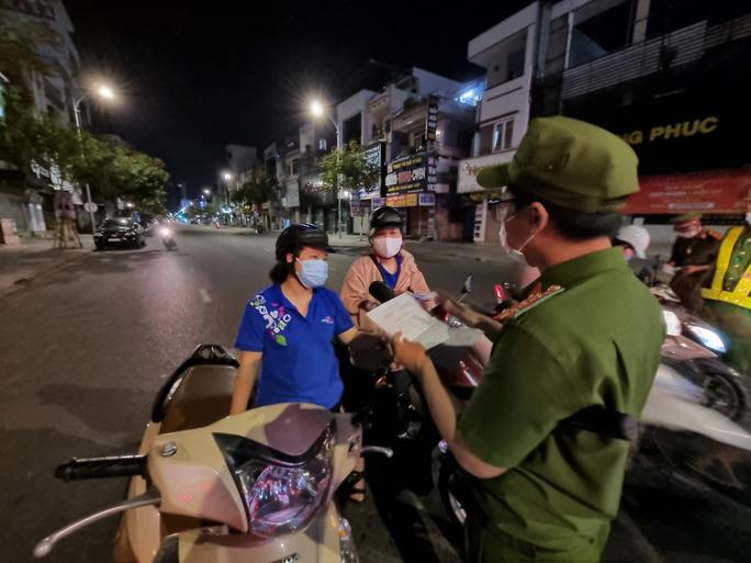 Đà Nẵng lập nhiều chốt kiểm soát, đường phố vắng người đi lại - Ảnh 5.