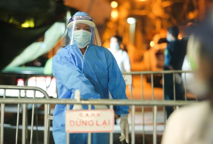 Người phụ nữ bán rau ở chợ dương tính SARS-CoV-2 sau khi thấy đau lưng, mỏi - Ảnh 1.