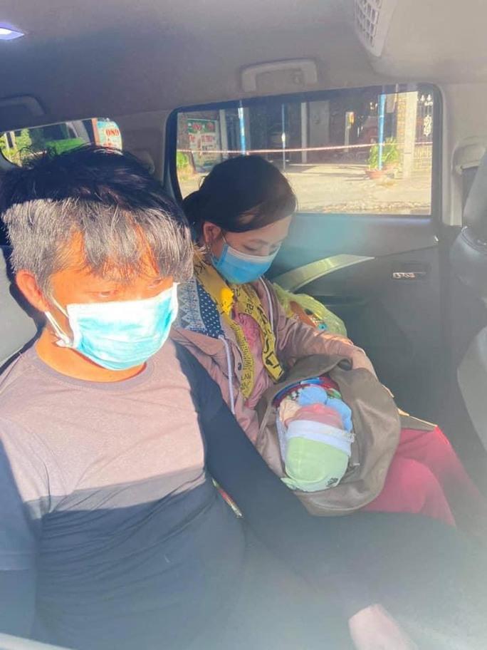 Bé trai 9 ngày tuổi cùng cha mẹ vượt hàng ngàn km từ Bình Dương về Nghệ An bằng xe máy - Ảnh 2.