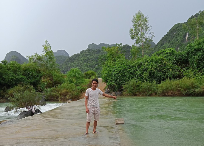 """Quảng Bình: Người đàn ông lao xuống suối cứu 2 thanh thiếu niên bên miệng """"hà bá"""""""