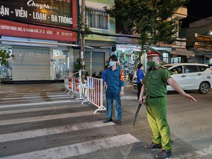 Đà Nẵng lập nhiều chốt kiểm soát, đường phố vắng người đi lại - Ảnh 3.