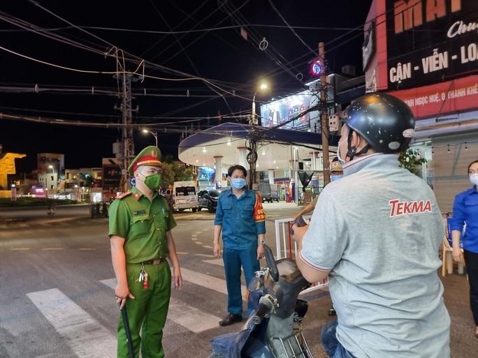 Đà Nẵng lập nhiều chốt kiểm soát, đường phố vắng người đi lại - Ảnh 2.