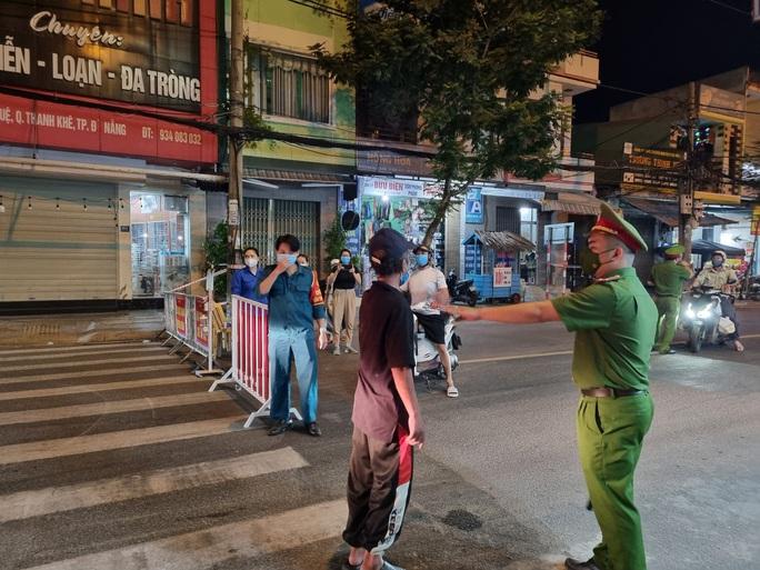 Đà Nẵng lập nhiều chốt kiểm soát, đường phố vắng người đi lại - Ảnh 4.