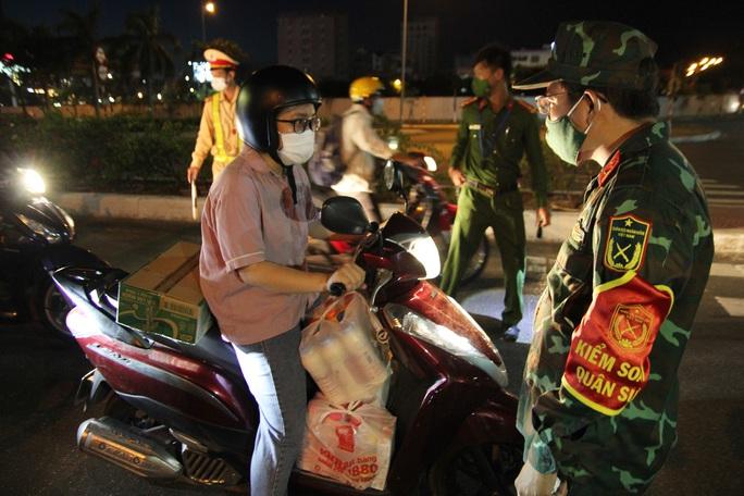 Đà Nẵng lập nhiều chốt kiểm soát, đường phố vắng người đi lại - Ảnh 7.