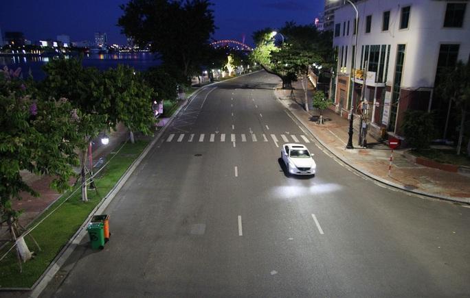 Đà Nẵng lập nhiều chốt kiểm soát, đường phố vắng người đi lại - Ảnh 9.