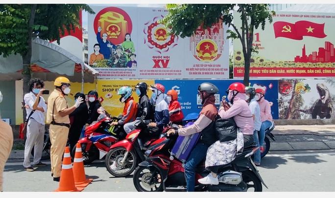 CLIP: Hàng loạt phương tiện rời TP HCM về quê phải trở lại vì không bảo đảm quy định phòng chống dịch - Ảnh 1.