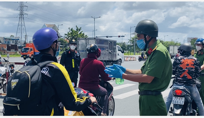 CLIP: Hàng loạt phương tiện rời TP HCM về quê phải trở lại vì không bảo đảm quy định phòng chống dịch - Ảnh 2.