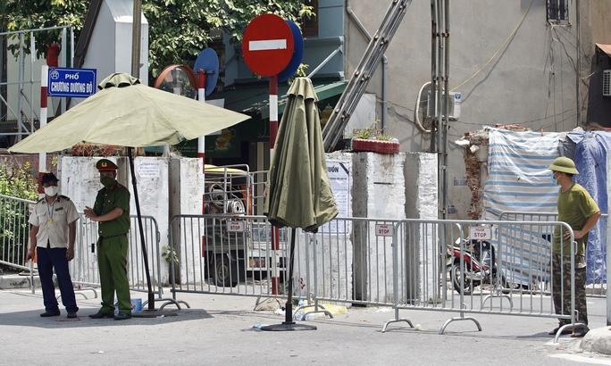 CLIP: Phong toả cả một phường ở Hà Nội vì Covid-19 - Ảnh 2.