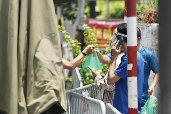CLIP: Phong toả cả một phường ở Hà Nội vì Covid-19 - Ảnh 10.