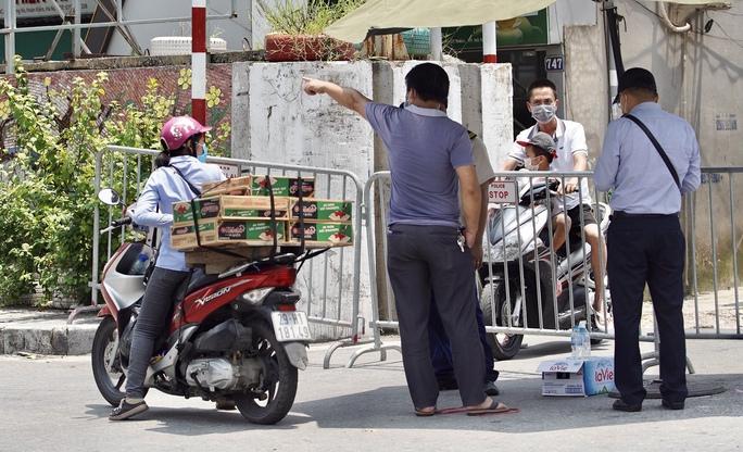 CLIP: Phong toả cả một phường ở Hà Nội vì Covid-19 - Ảnh 7.