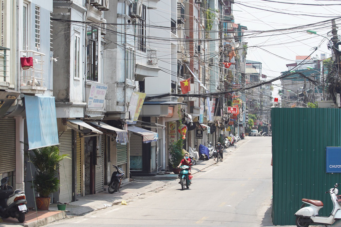 CLIP: Phong toả cả một phường ở Hà Nội vì Covid-19 - Ảnh 11.