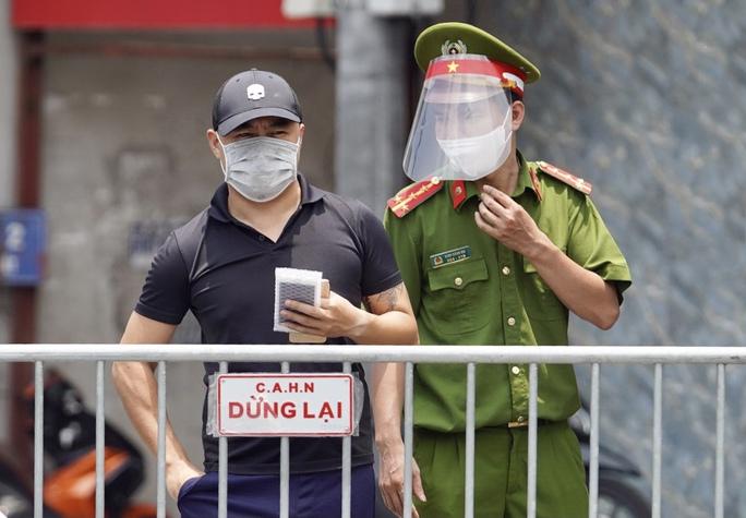 CLIP: Phong toả cả một phường ở Hà Nội vì Covid-19 - Ảnh 6.
