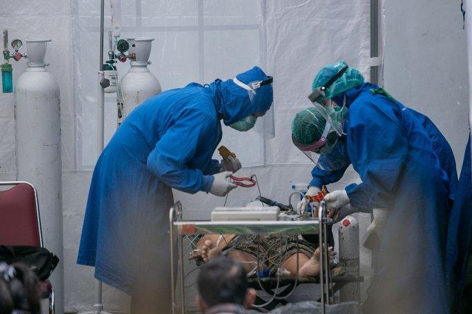 Covid-19 tại Indonesia: Bệnh viện ngậm ngùi nhìn 63 bệnh nhân tử vong - Ảnh 2.