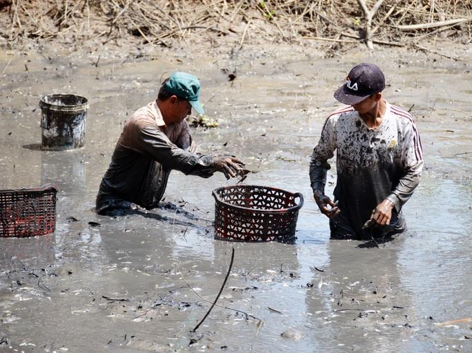 Chùm ảnh: Hấp dẫn tát đìa bắt cá đồng nướng rơm ở miền Tây - Ảnh 1.