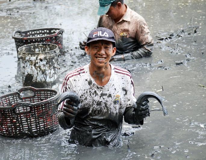 Chùm ảnh: Hấp dẫn tát đìa bắt cá đồng nướng rơm ở miền Tây - Ảnh 2.