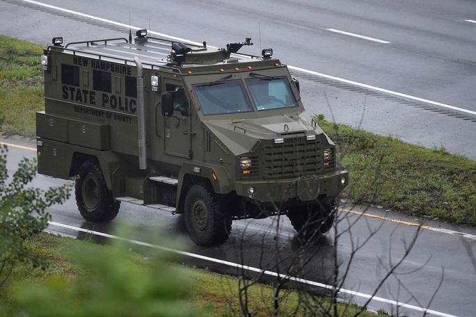 Cảnh sát Mỹ đối đầu xuyên đêm với nhóm vũ trang trước thềm quốc khánh - Ảnh 1.