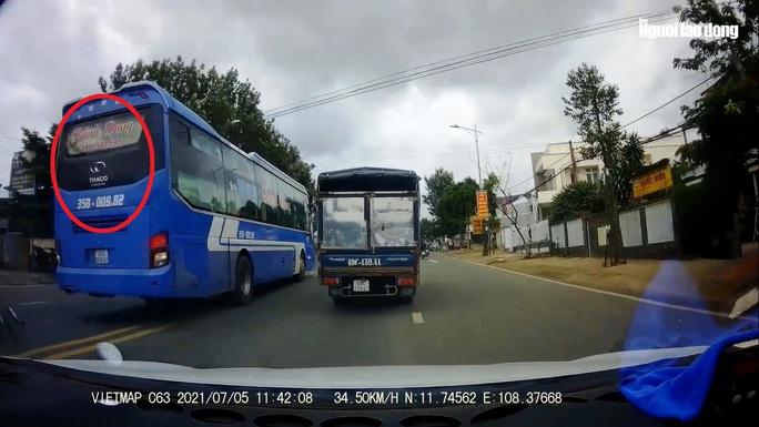 Clip: Xe khách vượt ẩu kinh hoàng khiến nhiều người thót tim ở Lâm Đồng - Ảnh 2.