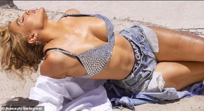 Jennifer Lopez quyến rũ ở tuổi 52 - Ảnh 2.