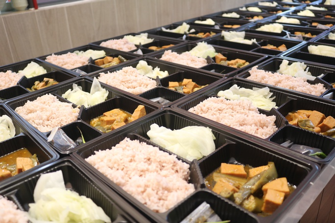 """Cung cấp hàng ngàn phần cơm từ thịt thực vật"""" cho người dân và lực lượng chống dịch TP HCM - Ảnh 6."""