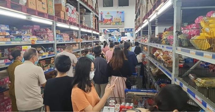 Người dân TP HCM lại đổ đến siêu thị, cửa hàng mua gom thực phẩm - Ảnh 2.