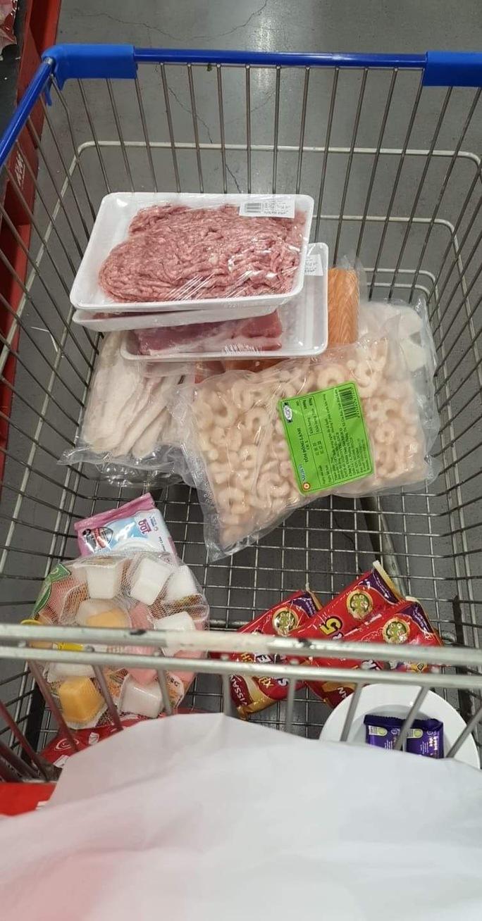 Người dân TP HCM lại đổ đến siêu thị, cửa hàng mua gom thực phẩm - Ảnh 4.