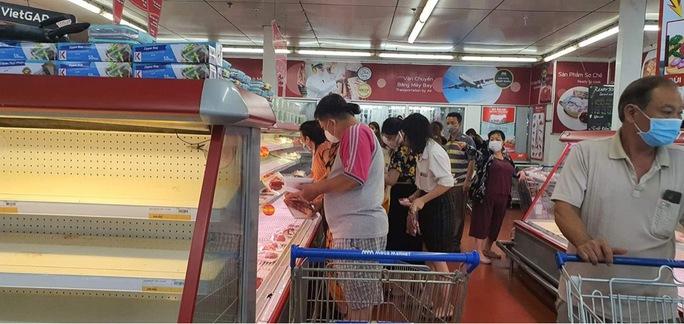 Người dân TP HCM lại đổ đến siêu thị, cửa hàng mua gom thực phẩm - Ảnh 3.