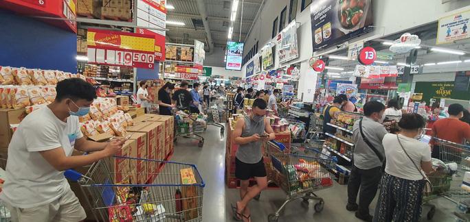 Người dân TP HCM lại đổ đến siêu thị, cửa hàng mua gom thực phẩm - Ảnh 1.