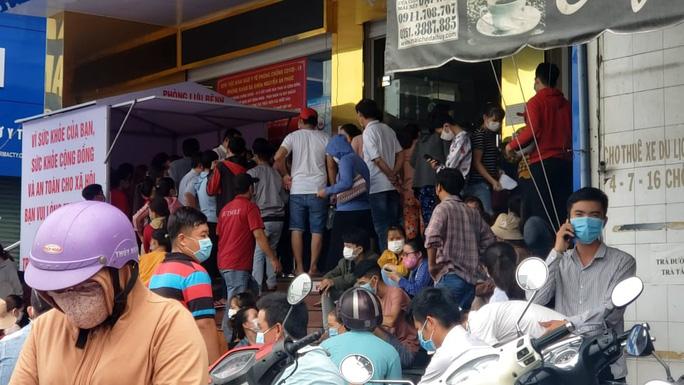 Hàng ngàn người đi xét nghiệm ở Đồng Nai, Bình Dương, TP Thủ Đức - Ảnh 1.