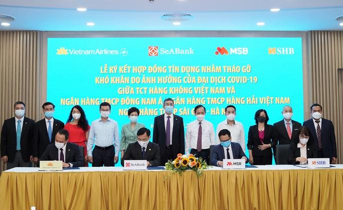 3 ngân hàng bơm 4.000 tỉ đồng ưu đãi cho Vietnam Airlines - Ảnh 1.