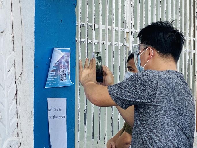 Người dân chờ xét nghiệm để được cấp giấy thông hành ở TP Thủ Đức - Ảnh 4.