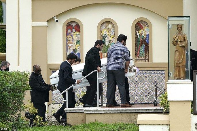 Đẫm nước mắt trong tang lễ đầu tiên của nạn nhân vụ sập chung cư Mỹ - Ảnh 2.