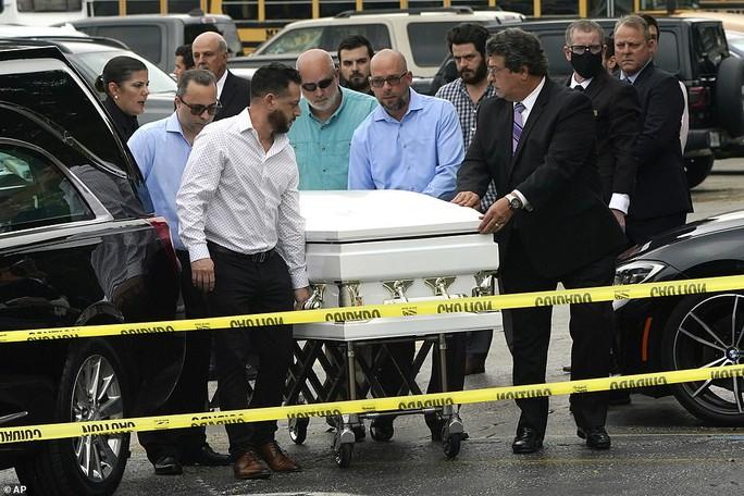 Đẫm nước mắt trong tang lễ đầu tiên của nạn nhân vụ sập chung cư Mỹ - Ảnh 4.