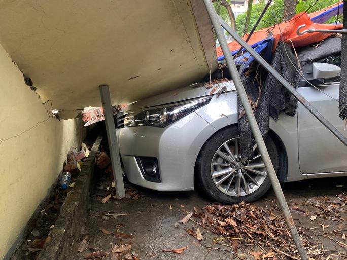 Cận cảnh sập tường rào trường mầm non đè bẹp hàng loạt ôtô - Ảnh 16.