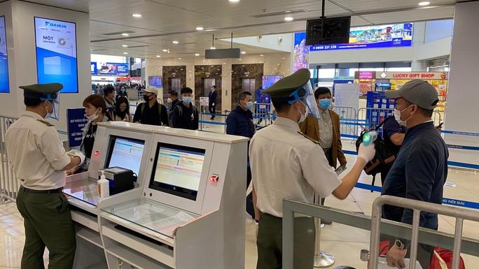 Hành khách bay đi/đến TP HCM phải có giấy xét nghiệm âm tính SARS-CoV-2 - Ảnh 1.