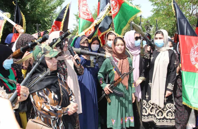 Phụ nữ Afghanistan cầm súng thách thức Taliban - Ảnh 1.