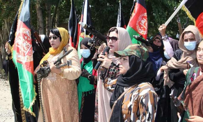 Phụ nữ Afghanistan cầm súng thách thức Taliban - Ảnh 2.